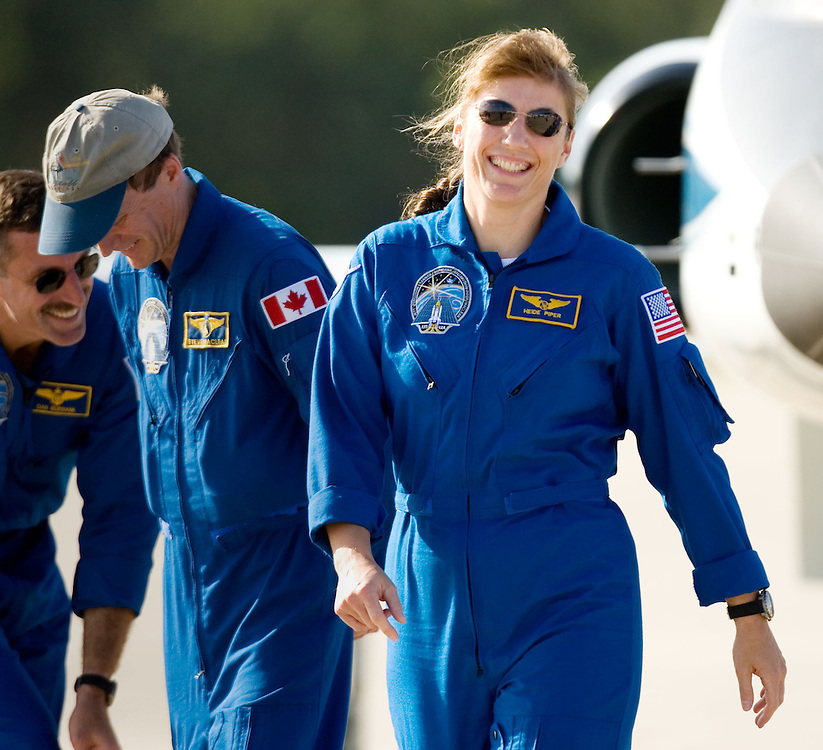 Space Shuttle Atlantis mission specialist  Heidi Stefanyshyn-Piper (R) laughes with Canadian Space Agency mission specialist Steven MacLean (L) after the two arrived for dress rehearsal in Cape Canaveral, Fla. on August 7, 2006. MacLean and Stefanyshyn-Piper will are training for STS-115, the next mission aboard Space Shuttle Atlantis. REUTERS/Scott Audette (UNITED STATES)