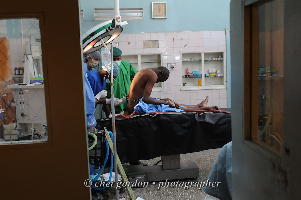 KANO, NIGERIA.  An Nigerian anesthesiologist administers an epidural anesthetic to a Nigerian patient prior to surgery at the Murtala Muhammad Specialist Hospital in Kano, Nigeria on Tuesday, December 4, 2012.