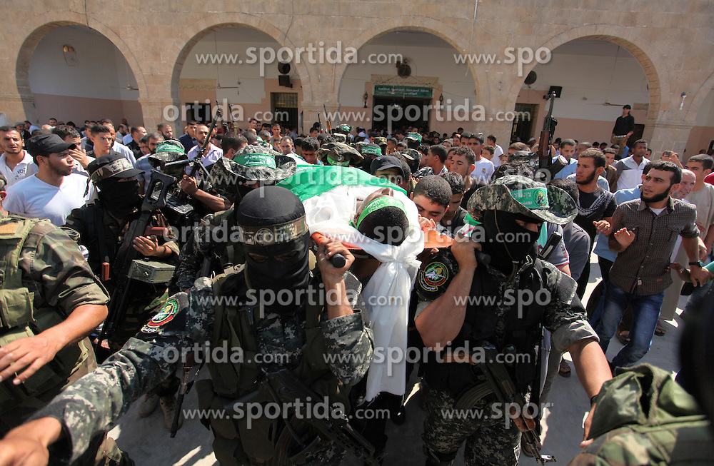 10.10.2015, Deir al-Balah, PSE, Gewalt zwischen Pal&auml;stinensern und Israelis, im Bild Zusammenst&ouml;sse zwischen Pal&auml;stinensischen Demonstranten und Israelischen Sicherheitskr&auml;fte // Palestinian militants of the Ezzedine al-Qassam Brigades, Hamas' armed wing, carry the body of Palestinian protester 22-year-old Jihad al-Obeid, who died in clashes with Israeli security forces near the border during his funeral in Deir al-Balah, in the center of the Gaza Strip, on October 10, 2015. Violence between Israelis and Palestinians threatened to spiral out of control after unrest spread to Gaza, the Palestinian death toll rose and a new stabbing by a 16-year-old in Jerusalem, Palestine on 2015/10/10. EXPA Pictures &copy; 2015, PhotoCredit: EXPA/ APAimages/ Ashraf Amra<br /> <br /> *****ATTENTION - for AUT, GER, SUI, ITA, POL, CRO, SRB only*****