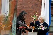 Mevrouw Geesdorp legt zeven bloemen in het water bij het monument. In verzorgingstehuis Rumah Kita in Wageningen wordt de jaarlijkse Indië-herdenking gehouden. Op 15 augustus 1945 capituleerde Japan, maar vlak daarna begon de bersiap periode in voormalig Nederlands-Indië. Met de herdenking wordt stil gestaan bij de roerige tijd, waarbij veel Indo's het land moesten verlaten.<br /> <br /> Miss Geesdorp puts seven flowers in a bowl with water at the monument. <br /> Residents of the nursing home for Dutch-Indonesian people Rumah Kita in Wageningen are attending a commemoration for the capitulation of Japan at the Indonesian war. After the war ended a new era started, where most of the Euro-Indonesian people had to leave the country.