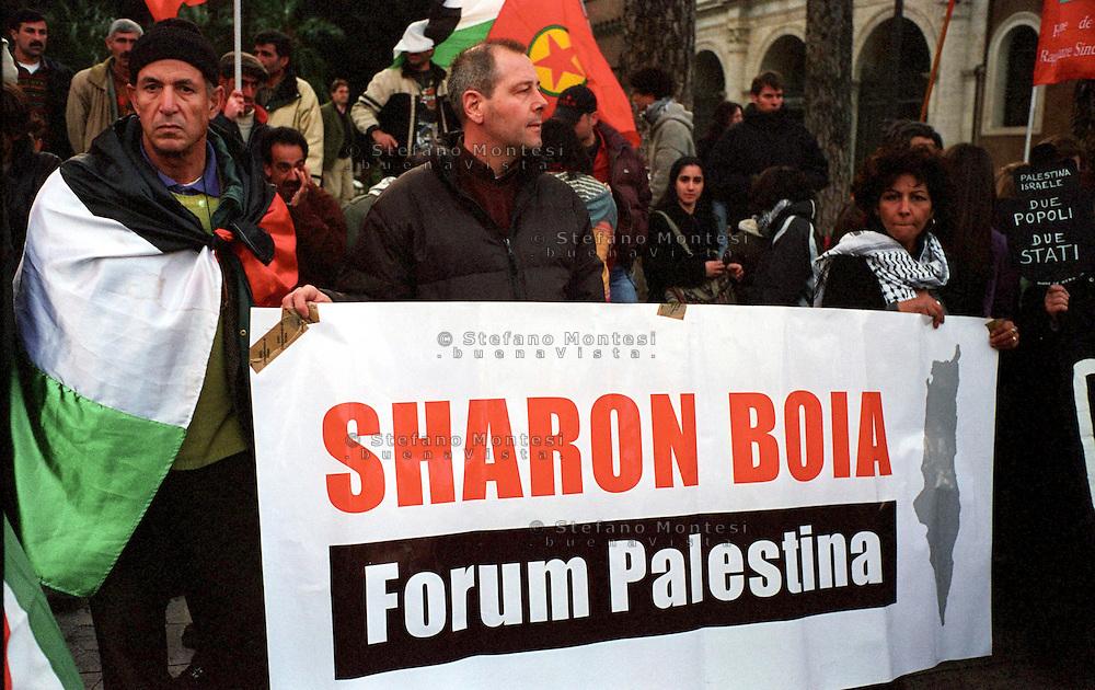 Roma  Piazza San Mraco.Manifestazione per la Palestina .Manifestanti con uno striscione  dove è scritto:Sharon Boia..Rome,Piazza San Marco.Demonstration for Palestine.The banner reads: Sharon Executioner.
