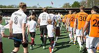 AMSTELVEEN -   Opkomst teams.      Beslissende finalewedstrijd om het Nederlands kampioenschap hockey tussen de mannen van Amsterdam en Oranje Zwart (2-3). COPYRIGHT KOEN SUYK