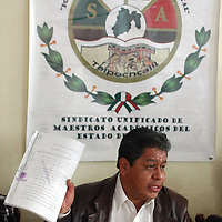 """Toluca, Mex.- Luis Zamora Calzada, líder del SUMAEM, asegura que para la próxima semana, les entregarán la Secretaría del Trabajo, la """"Toma de Nota"""", para formalizar el sindicato. Agencia MVT / Luis Enrique Hernandez V. (DIGITAL)<br /> <br /> <br /> <br /> NO ARCHIVAR - NO ARCHIVE"""