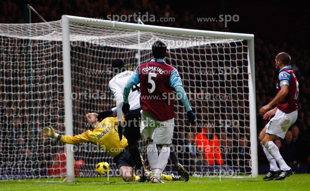 11.12.2010, Boleyn Ground, London, ENG, PL, West Ham United vs Manchester City, im Bild Yaya Toure of Manchester City scores Man City 2nd Gpa;.Barclays Premier League.West Ham United v Manchester City.at Boleyn Ground, Upton Park, London 11/12/2010. EXPA Pictures © 2010, PhotoCredit: EXPA/ IPS/ Kieran Galvin +++++ ATTENTION - OUT OF ENGLAND/UK and FRANCE/FR +++++