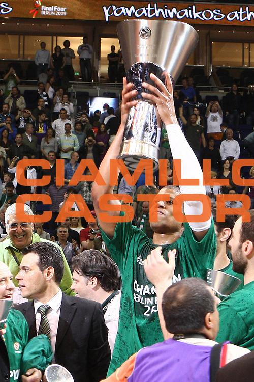 DESCRIZIONE : Berlino Eurolega 2008-09 Final Four Finale Panathinaikos Atene CSKA Mosca <br /> GIOCATORE : Mike Batiste<br /> SQUADRA : Panathinaikos Atene <br /> EVENTO : Eurolega 2008-2009 <br /> GARA : Panathinaikos Atene CSKA Mosca <br /> DATA : 03/05/2009 <br /> CATEGORIA :  Esultanza Coppa<br /> SPORT : Pallacanestro <br /> AUTORE : Agenzia Ciamillo-Castoria/C.De Massis
