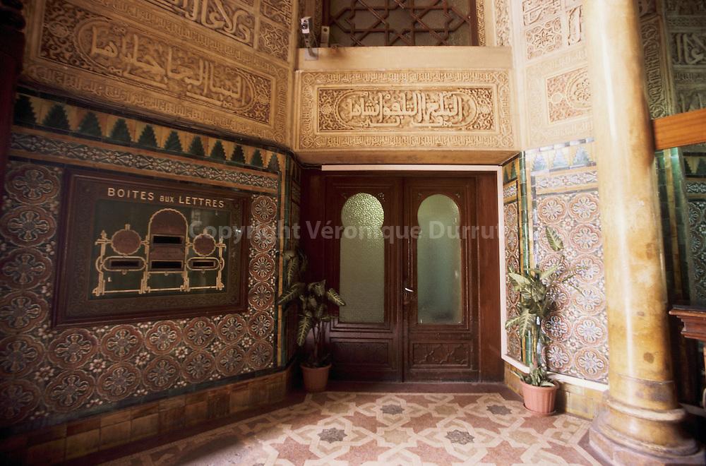 De style neo-mauresque, la poste centrale se situe en plein centre d'Alger. Elle fut concue par les architectes Voinot et Tondorie, en 1910. De style neo-mauresque, la poste centrale se situe en plein centre d'Alger. Elle fut concue par les architectes Voinot et Tondorie, en 1910.