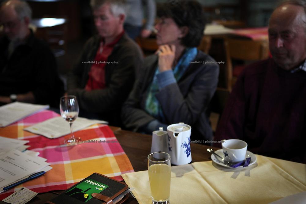 """""""Abschalten"""" - die Urgrüne Forderung. Kann man also einem Ausstiegsdatum 2021 zustimmen? Kreisverband der lüchow-dannenberger Grünen trifft sich am 21.Juni im Gasthaus Santelmann in Gedelitz. Öffentlich und unter Teilnahme einiger Nicht-Mitglieder der Partei wird die Strategie zum anstehenden Beschluß der Bündnisgrünen zur Frage des schwarz-gelben Atomausstiegs debattiert."""