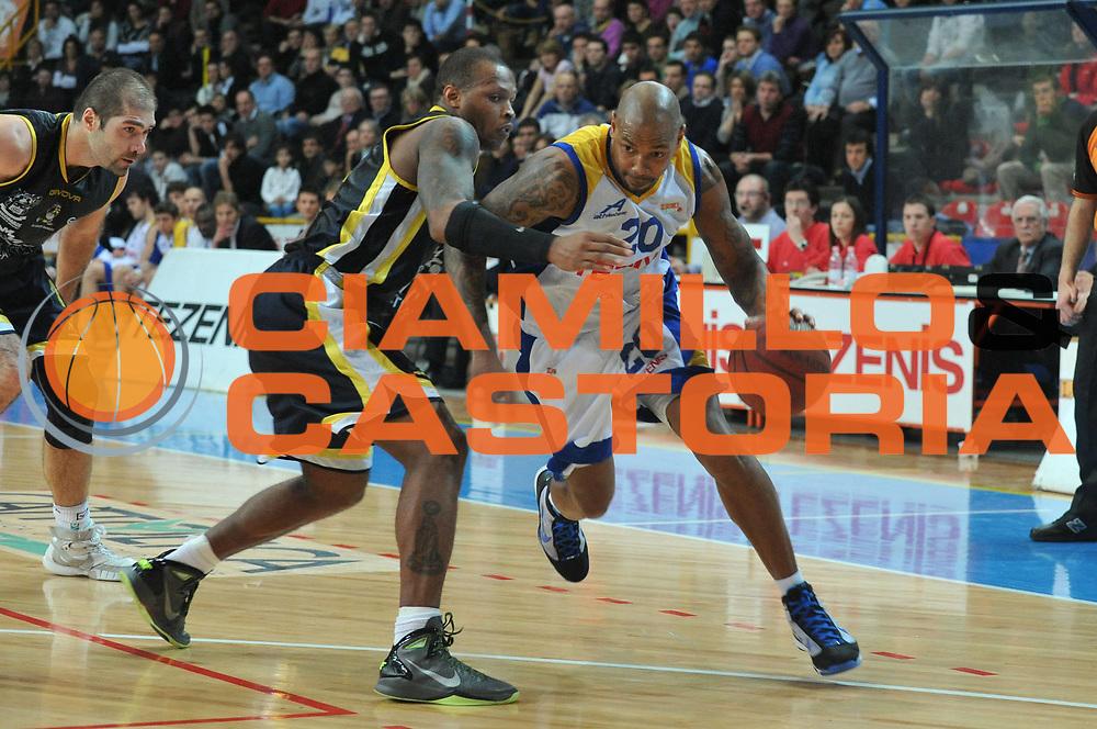 DESCRIZIONE : Verona Lega Basket A2 2010-11 Tezenis Verona Sunrise Scafati<br /> GIOCATORE : Jeffery Trepagnier<br /> SQUADRA : Tezenis Verona Sunrise Scafati<br /> EVENTO : Campionato Lega A2 2010-2011<br /> GARA : Tezenis Verona Sunrise Scafati<br /> DATA : 08/01/2011<br /> CATEGORIA : Palleggio<br /> SPORT : Pallacanestro <br /> AUTORE : Agenzia Ciamillo-Castoria/M.Gregolin<br /> Galleria : Lega Basket A2 2010-2011 <br /> Fotonotizia : Verona Lega A2 2010-11 Tezenis Verona Sunrise Scafati<br /> Predefinita :