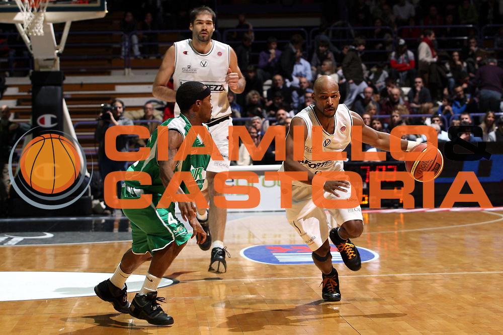 DESCRIZIONE : Bologna Lega A1 2007-08 La Fortezza Virtus Bologna Air Avellino <br /> GIOCATORE : Travis Best <br /> SQUADRA : La Fortezza Virtus Bologna <br /> EVENTO : Campionato Lega A1 2007-2008 <br /> GARA : La Fortezza Virtus Bologna Air Avellino <br /> DATA : 20/01/2008 <br /> CATEGORIA : Palleggio <br /> SPORT : Pallacanestro <br /> AUTORE : Agenzia Ciamillo-Castoria/L.Villani