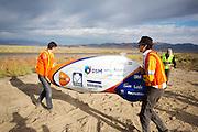 De VeloX4 wordt naar de start gedragen voor de start van de kwalificaties. Het Human Power Team Delft en Amsterdam (HPT), dat bestaat uit studenten van de TU Delft en de VU Amsterdam, is in Amerika om te proberen het record snelfietsen te verbreken. Momenteel zijn zij recordhouder, in 2013 reed Sebastiaan Bowier 133,78 km/h in de VeloX3. In Battle Mountain (Nevada) wordt ieder jaar de World Human Powered Speed Challenge gehouden. Tijdens deze wedstrijd wordt geprobeerd zo hard mogelijk te fietsen op pure menskracht. Ze halen snelheden tot 133 km/h. De deelnemers bestaan zowel uit teams van universiteiten als uit hobbyisten. Met de gestroomlijnde fietsen willen ze laten zien wat mogelijk is met menskracht. De speciale ligfietsen kunnen gezien worden als de Formule 1 van het fietsen. De kennis die wordt opgedaan wordt ook gebruikt om duurzaam vervoer verder te ontwikkelen.<br /> <br /> The Human Power Team Delft and Amsterdam, a team by students of the TU Delft and the VU Amsterdam, is in America to set a new  world record speed cycling. I 2013 the team broke the record, Sebastiaan Bowier rode 133,78 km/h (83,13 mph) with the VeloX3. In Battle Mountain (Nevada) each year the World Human Powered Speed ??Challenge is held. During this race they try to ride on pure manpower as hard as possible. Speeds up to 133 km/h are reached. The participants consist of both teams from universities and from hobbyists. With the sleek bikes they want to show what is possible with human power. The special recumbent bicycles can be seen as the Formula 1 of the bicycle. The knowledge gained is also used to develop sustainable transport.