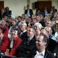 Nederland, Achlum , 28 mei 2011..Conventie van Achlum..Achmea bestaat dit jaar 200 jaar. In dit jubileumjaar gaat Achmea terug naar haar roots: het Friese dorpje Achlum. Op 28 mei vindt daar de Conventie van Achlum plaats. Zo'n 2000 mensen gaan daar met elkaar in gesprek over de toekomst van Nederland binnen de thema's: veiligheid, mobiliteit, arbeidsparticipatie, pensioen en gezondheid. Dit doen we met top sprekers uit de politiek en wetenschap maar ook met mensen zoals jij..Op de foto publiek luistert aandachtig naar de sprekers tijdens de debatten in de gymzaal..Foto:Jean-Pierre Jans