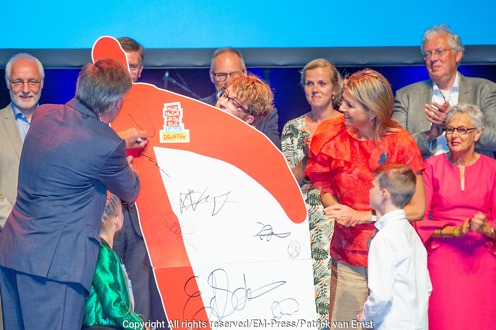 Koningin Maxima woont de ondertekening bij van het lokale samenwerkingsconvenant muziekonderwijs in Drenthe. Het akkoord is een initiatief van de stichting Meer Muziek in de Klas, waar koningin Maxima erevoorzitter van is.<br /> <br /> Queen Maxima attends the signing of the local cooperation agreement for music education in Drenthe. The agreement is an initiative of the More Music in the classroom foundation, of which Queen Maxima is honorary chairman.<br /> <br /> Op de foto / On the Photo: Koningin Maxima / Queen Maxima
