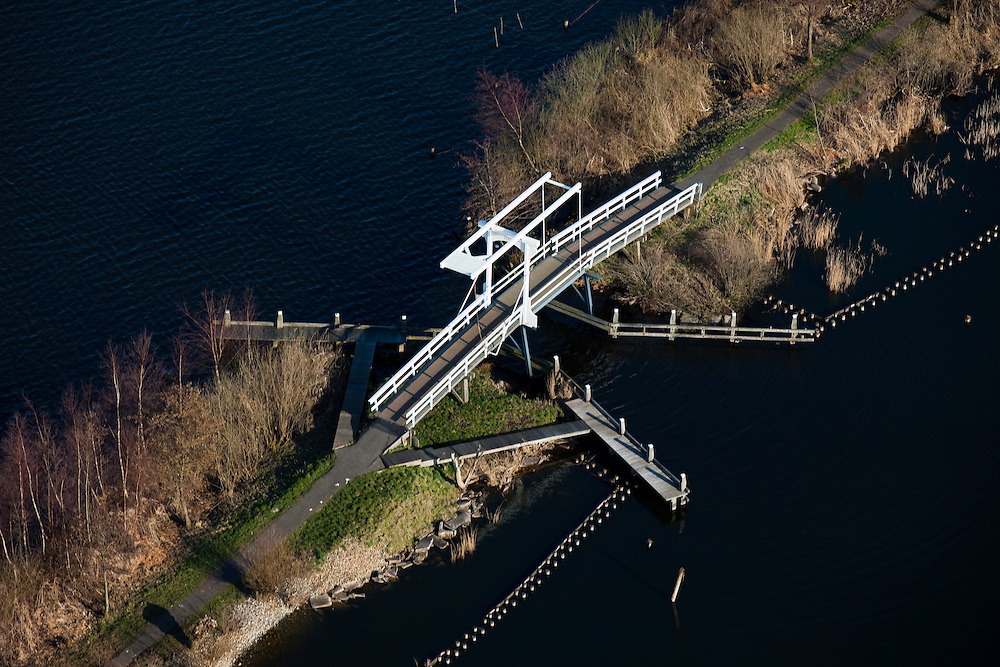 Nederland, Zuid-Holland, Gemeente Nieuwkoop, 20-03-2009. Ophaalbrug verbindt twee delen van een dam in de Nieuwkoopse Plassen. Drawbridge connects two parts of a dam in the Nieuwkoopse Plassen. (Brooks of the village of Nieuwkoop).Swart collectie, luchtfoto (toeslag); Swart Collection, aerial photo (additional fee required).foto Siebe Swart / photo Siebe Swart