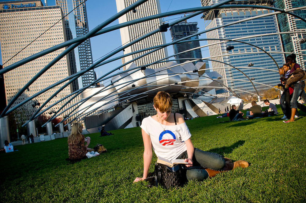 Obama supporter Mary Fritz reading in Millenium Park, Chicago, waiting for the celebration to start...Chris Maluszynski /Moment / Agence VU