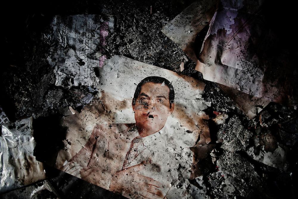 TUNISI. LA FOTO BRUCIATA DELL'EX PRESIDENTE DELLA TUNISIA ZIN EL ABIDINE BEL ALI ALL'INTERNO DELLA SEDE DEL PARTITO RCD NEL QUARTIERE TADAMAN DI TUNISI;