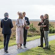 NLD/Hoogeveen/20190918 - Koningspaar brengt bezoek Zuid-west Drenthe, Koning Willem Alexander en Koningin Maxima poseren op het Dwingelderveld