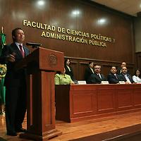 Toluca, Mex.- José martínez Vilchis, rector de la Universidad Autónoma del Estado de México (UAEM) recibe el donativo de César Camacho Quiroz, presidente de la fundación UAEMEX que consiste en equipo de comuto para la facultad de ciencias politicas y administración. Agencia MVT / Mario Vazquez de la Torre. (DIGITAL)<br /> <br /> <br /> <br /> NO ARCHIVAR - NO ARCHIVE