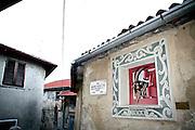 """Arcumeggia il paese dipinto in provincia di Varese. """"Bocc"""" il caprone simbolo di Arcumeggia dipinto da Barbara Galbiati nel 1994"""