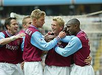 Fotball - Premier League 2002/2003<br /> 19.04.2003<br /> Aston Villa v Chelsea<br /> Marcus Allbäck gratuleres etter scoring<br /> Til venstre Øyvind Leonhardsen<br /> Foto: Digitalsport