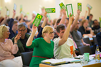 DEU, Deutschland, Germany, Berlin, 21.04.2018: Die beiden Berliner Landesvorsitzenden von Bündnis 90/Die Grünen, Nina Stahr und Werner Graf, bei der Abstimmung auf der Landesdelegiertenkonferenz von Bündnis 90/Die Grünen in Berlin-Adlershof.