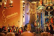 Ingen jubel regnet fra himmelen, Birkelunden mannskor, Dirigent: Knut Kristian Mohn. Og Gaaltije mij galka,<br /> Snåsa Blandakor, <br /> Dirigent: Karin Eline Hartviksen. Salmeboken minutt for minutt, Vår Frue kirke, Trondheim.