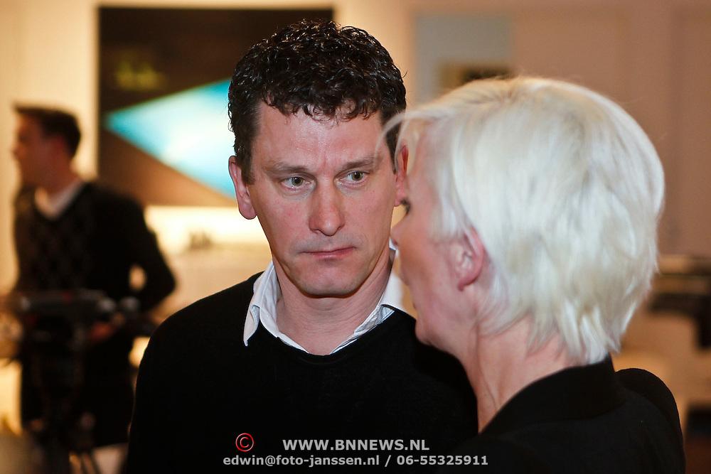 NLD/Naarden/20100311 - Persconferentie van Jan des Bouvrie, Monique des Bouvrie word geinterviewd door Bart Mos van de Telegraaf