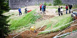 12.06.2011, Bikepark, Leogang, AUT, UCI MOUNTAINBIKE WORLDCUP, LEOGANG, im Bild Feature, Zuschauer blicken auf einen Downhill Fahrer // during the UCI MOUNTAINBIKE WORLDCUP, LEOGANG, AUSTRIA, 2011-06-12, EXPA Pictures © 2011, PhotoCredit: EXPA/ J. Feichter