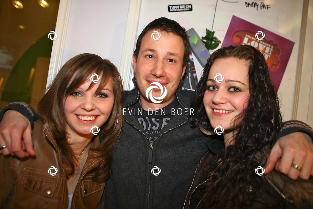 HILVERSUM - Bij radio 538 was het een bijzondere nacht, de uitzending 53N8CLUB had namelijk een bijzondere fan in de studio die de portretten van de DJ's op zijn rug liet tatoeeren door Jan's Tattoo Studio Zaltbommel. Met op de foto Martijn, Shauni en zus Lesley. FOTO LEVIN DEN BOER / PERSFOTO.NU