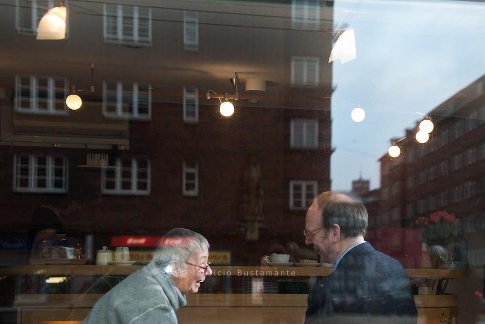 Das Café ist in der Woche ab 11:30 Uhr offen für alle, die in der City unterwegs sind, dort arbeiten oder leben. Montags und freitags bis 14:30, sonst bis 18:30 Uhr. Und auch das Caféteam ist immer offen: für Gespräche über Gott und die Welt, und auf Wunsch auch für die Sorgen und Nöte der Besucher.