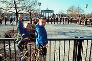 Duitsland, Berlijn 11-11-1989Val van de muur. Terwijl kinderen zwaaien met een speelgoedhamer, symbool van het einde van de muur, houden oostduitse soldaten de wacht bij de Brandenburger Tor. DDR, einde koude oorlog. Foto: Flip Franssen/Hollandse Hoogte