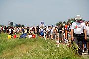 Nederland, Nijmegen, 17-7-2007<br /> Vierdaagselopers op de oosterhoutsedijk, waar vorig jaar veel mensen bezweken. Nu ging het goed.<br /> Foto: Flip Franssen/Hollandse Hoogte