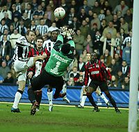 Fotball<br /> FA Cup England<br /> Tredje runde<br /> 09.01.2005<br /> Foto: SBI/Digitalsport<br /> NORWAY ONLY<br /> <br /> Yeading FC v Newcastle<br /> <br /> Yeading keeper Delroy Preddie does enough to stop Lee Bowyer scoring in the second half