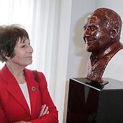 NLD/Amsterdam/20120419 - Onthulling beeld Johnny Kraaijkamp Sr., Mies Bouwman bij het bronzen beeld van Johnny Kraaijkamp Sr.