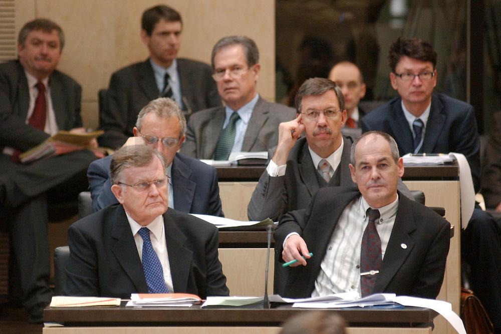 29 NOV 2002, BERLIN/GERMANY:<br /> Erwin Teufel (L), CDU, Ministerpraesident Baden-Wuerttemberg, und Rudolf Koeberle (R), CDU, Ministerund Bevollmaechtiger des Landes beim Bund, und Walter Doering (hinter Koeberle), FDP, Wirtschaftsminister Baden-Wuerttemberg, waehrend der Bundesratsdebatte zum Thema Arbeitsmarkt, Plenum, Bundesrat<br /> IMAGE: 20021129-01-042<br /> KEYWORDS: Ministerpr&auml;sident, Gespr&auml;ch, Rudolf K&ouml;berle, walter D&ouml;ring