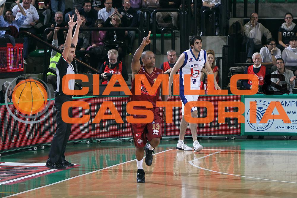 DESCRIZIONE : Treviso Lega A 2011-12 Umana Venezia Bennet Cantu<br /> GIOCATORE : Young Alvin<br /> CATEGORIA :  Esultanza<br /> SQUADRA : Umana Venezia Bennet Cantu<br /> EVENTO : Campionato Lega A 2011-2012<br /> GARA : Umana Venezia Bennet Cantu<br /> DATA : 23/10/2011<br /> SPORT : Pallacanestro<br /> AUTORE : Agenzia Ciamillo-Castoria/G.Contessa<br /> Galleria : Lega Basket A 2011-2012<br /> Fotonotizia :  Treviso Lega A 2011-12 Umana Venezia Bennet Cantu  <br /> Predefinita :
