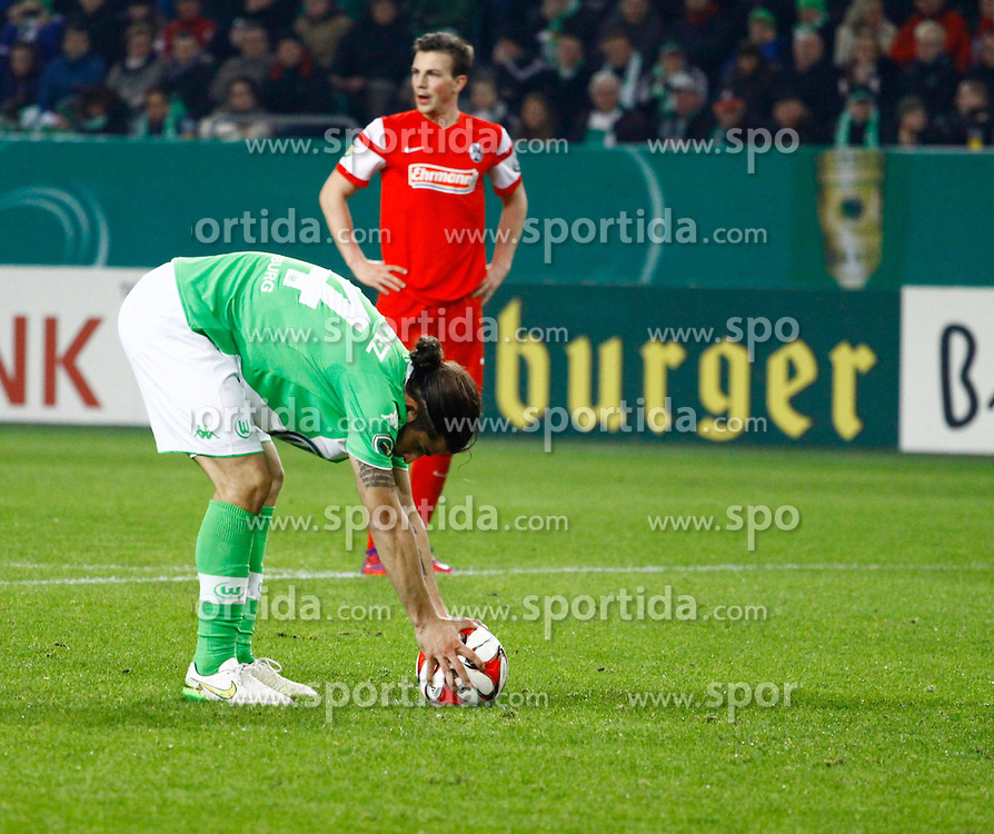 07.04.2015, Volkswagen Arena, Wolfsburg, GER, DFB Pokal, VfL Wolfsburg vs SC Freiburg, Viertelfinale, im Bild Ricardo Rodriguez (#34, VfL Wolfsburg) legt sich den Ball am Elfmeter-Punkt zurecht // SPO during German DFB Pokal quarter final match between VfL Wolfsburg and SC Freiburgat the Volkswagen Arena in Wolfsburg, Germany on 2015/04/07. EXPA Pictures &copy; 2015, PhotoCredit: EXPA/ Eibner-Pressefoto/ Hundt<br /> <br /> *****ATTENTION - OUT of GER*****