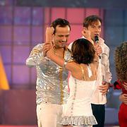 NLD/Hilversum/20070310 - 9e Live uitzending SBS Sterrendansen op het IJs 2007 de Uitslag, Geert Hoes en schaatspartner Sherri Kennedy omhelsen elkaar