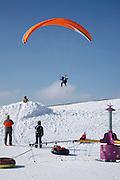 Atterrissage d'un parapente en hiver, à côté de la piste de ski, Charmey, Vounetz. Gleitflieger landet neben Skipiste im Schnee, Vounetz, Charmey.