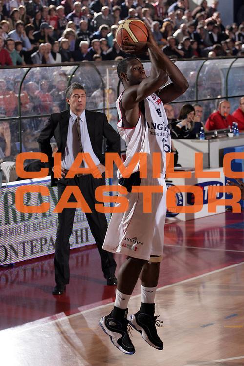 DESCRIZIONE : Biella Lega A1 2008-09 Angelico Biella Eldo Caserta<br /> GIOCATORE : James Gist<br /> SQUADRA : Angelico Biella<br /> EVENTO : Campionato Lega A1 2008-2009<br /> GARA : Angelico Biella Eldo Caserta<br /> DATA : 07/12/2008<br /> CATEGORIA : Tiro<br /> SPORT : Pallacanestro<br /> AUTORE : Agenzia Ciamillo-Castoria/S.Ceretti<br /> Galleria : Lega Basket A1 2008-2009<br /> Fotonotizia : Biella Campionato Italiano Lega A1 2008-2009 Angelico Biella Eldo Caserta<br /> Predefinita :