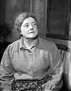 "29/04/1957<br /> 04/29/1957<br /> 29 April 1957<br /> Gael Linn- ""Muiris O hAirt"" drama at Damer Hall. Portrait of actress Aine Mic Giolla Bríde."