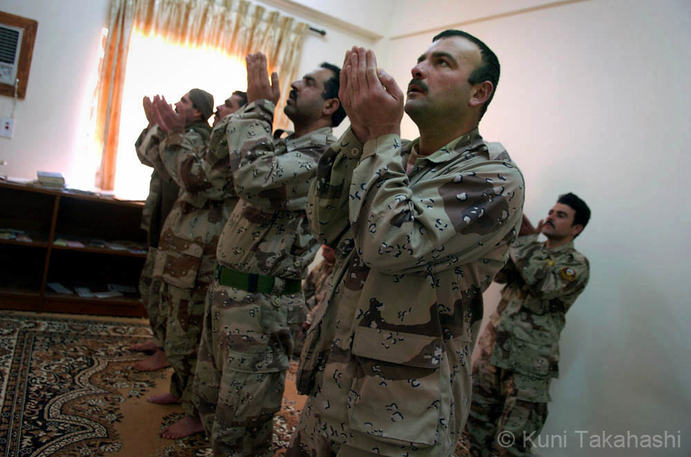 Iraqi soldiers pray in northern city Mosul, Feb 2005.
