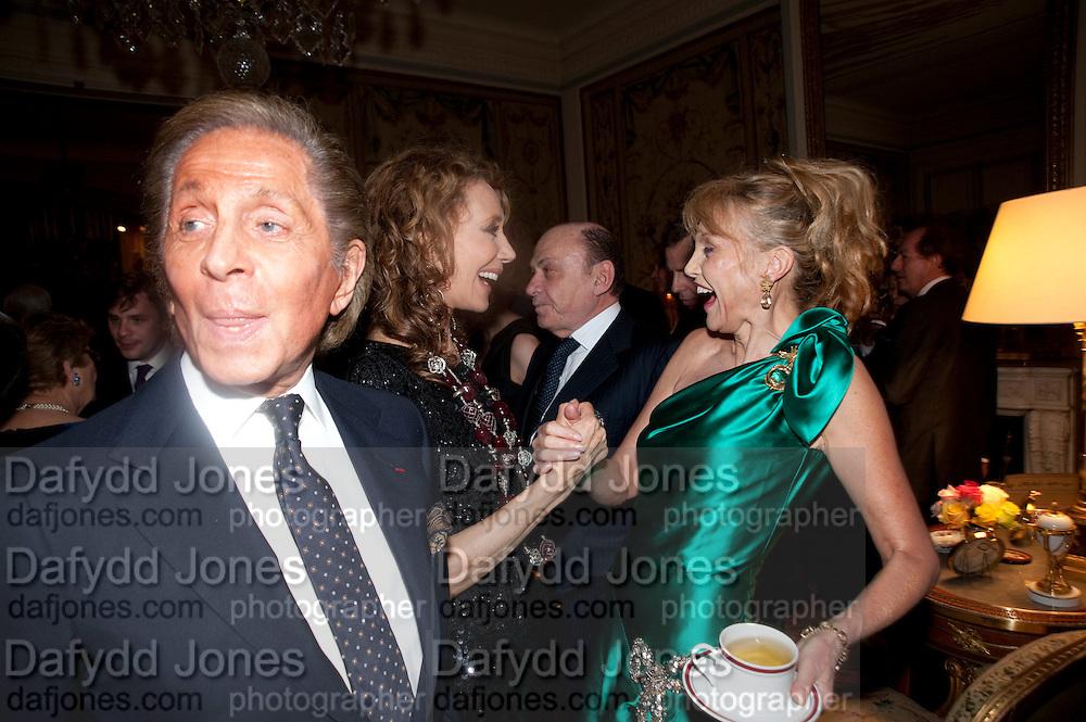 VALENTINO;; ARIELLE DOMBASLE;  MARISA BERENSON, Dinner for Jacqueline de Ribes after Legion d'honneur award. 50 Rue de la Bienfaisance. Paris.