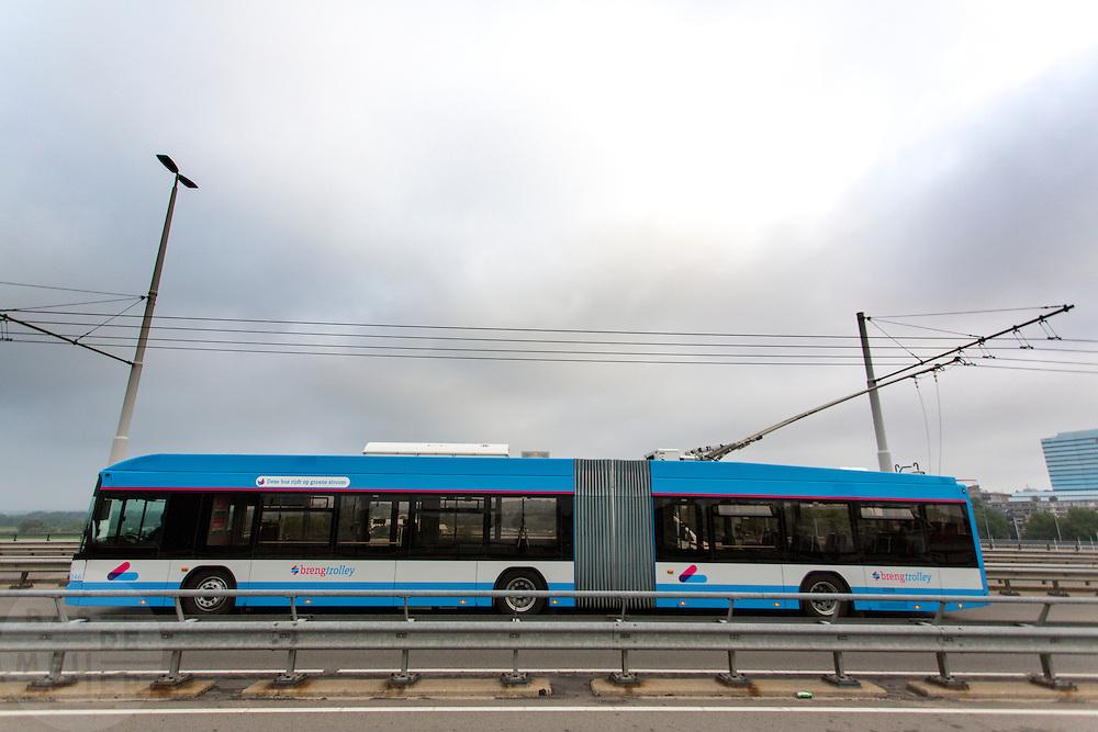 In Arnhem rijdt een trolleybus van Breng over de Nelson Mandelabrug. Arnhem is de enige stad in Nederland waar de trolleybussen rijden. Voor de stroomvoorziening wordt gebruik gemaakt van groene stroom. Breng is de merknaam waaronder het openbaar vervoer in de Stadsregio Arnhem Nijmegen wordt uitgevoerd.<br /> <br /> In Arnhem ride a trolley bus of Breng on the Nelson Mandela Bridge. Arnhem is the only city in The Netherlands where the trolley buses ride. For the power supply green electricity is used.