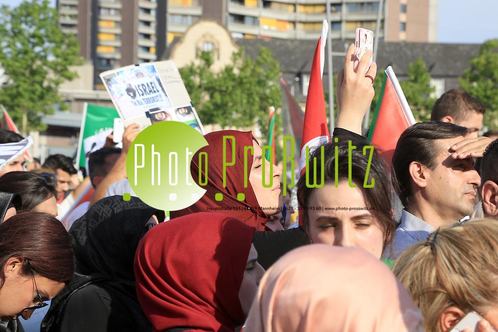 Mannheim. 19.07.14 Innenstadt. Mittlerweile demonstrieren schon &uuml;ber 4500 Menschen in Mannheim gegen Gewalt gegen Pal&auml;stina. Laut Polizei ist die Demonstration w&auml;hrend des Zuges &uuml;ber die Planken immer weiter gewachsen. T&uuml;rkische und muslimische Gruppen hatten die Demonstration &quot;Free Palestine - Gegen die Ermordung&quot; angemeldet. Die Demonstranten fordern auf Plakaten und mit Sprechch&ouml;ren ein von Israel unabh&auml;ngiges Pal&auml;stina. Zu Zwischenf&auml;llen ist es laut Polizei bislang noch nicht gekommen.<br /> <br /> Bild: Markus Pro&szlig;witz 19JUL14 / masterpress