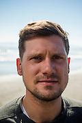 Jon Steuber es uno de los fundadores de Valpo Surf Project, una organización comunitaria que relaciona a sus participantes con el medioambiente marino a través de sesiones programadas de surf que se centran en tres ideas fundamentales: Desarrollo de habilidades del idioma ingles, Desarrollo valórico personal y Conciencia medioambiental. De esta manera, los fundadores del proyecto junto a un grupo de colaboradores imparte clases gratuitas de surf para menores de escasos recursos de la ciudad de Valparaiso. Valparaiso, Chile 17-08-2014 (©Alvaro de la Fuente/Triple.cl)