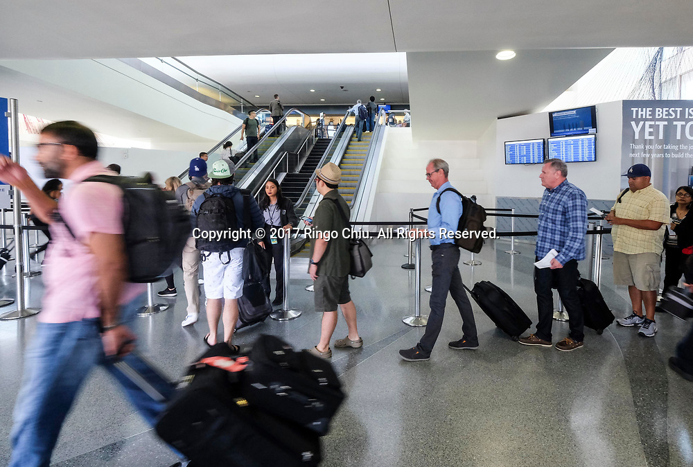 6月30日,在美国洛杉矶国际机场,出发旅客在机场排队等候。根据南加州汽车俱乐部(Automobile Club of Southern California) 发表最新报告,在这个独立日周末期期间,全加州游旅客人数将创纪录首次超过500万人次,其中南加洲地区的游客人数也将超过310万人次。新华社发 (赵汉荣摄)<br /> Holiday travelers wait in line at Los Angeles International Airport on Friday, June 30, 2017 in Los Angeles, the United States. Holiday travel will increase on this Independence Day weekend when, for the first time, the number of travelers from California will exceed 5 million while those just from the Southland jumps above 3.1 million, according to the Automobile Club of Southern California.. (Xinhua/Zhao Hanrong)(Photo by Ringo Chiu)<br /> <br /> Usage Notes: This content is intended for editorial use only. For other uses, additional clearances may be required.