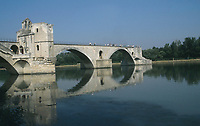 Pont d'Avignon   Photo: Peter Llewellyn
