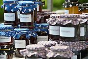 Nederland, Nijmegen Lent, 26-7-2014Op een opendag van een historische boomgaard, Warmoes, worden potten met zelfgemaakte jam verkocht.Foto: Flip Franssen/ Hollandse Hoogte