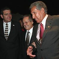 Toluca, Méx.- Olegario Vazquez Raña, presidente del consejo nacional de la Cruz Roja (centro) sale acompañado de Jorge Cervantes, Delegado en el Estado de Mexico (izq) y Arturo Montiel Rojas, gobernador del Estado de Mexico de la ceremonia de inauguracion de la XXXVIII convencion nacional en la ciudad de Toluca. Agencia MVT / Mario Vazquez de la Torre. (DIGITAL)<br /> <br /> NO ARCHIVAR - NO ARCHIVE