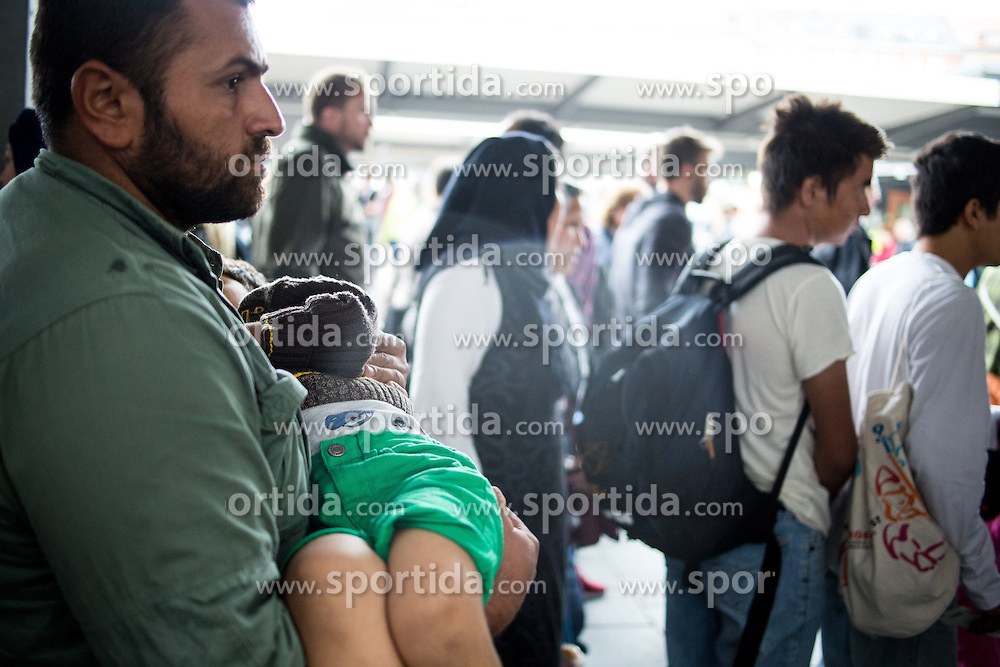 03.09.2015, Hauptbahnhof, Muenchen, GER, Ankunft von Fluechtlingen in Muenchen, im Bild Ein Vater traegt seinen kleinen Sohn // Immigrants from the Middle Eastern countries and Africa arrived Railway station in Munich, Germany on 2015/09/03. EXPA Pictures &copy; 2015, PhotoCredit: EXPA/ Eibner-Pressefoto/ Gehrling<br /> <br /> *****ATTENTION - OUT of GER*****